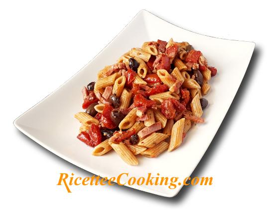 Pasta con pomodorini confit, olive e speck
