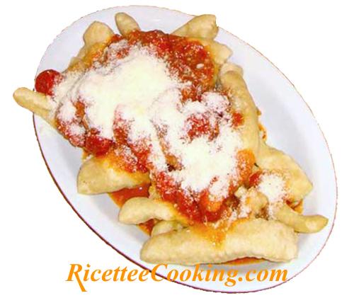 Scugnizzi napoletani con salsa di pomodoro